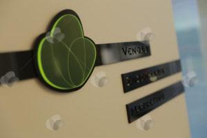 Placa de identificação de portas personalizada com corte a laser e relevo