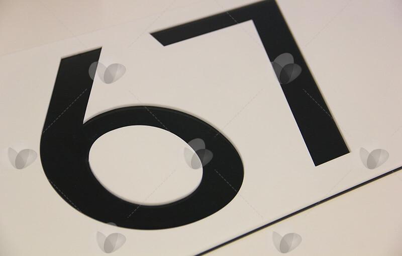 Placa de identificação em acrílico com numeração feita com corte a laser