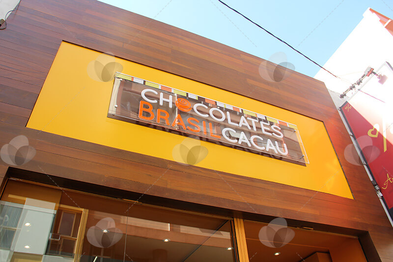 Fachada para PDV em acrílico para loja Chocolates Brasil Cacau