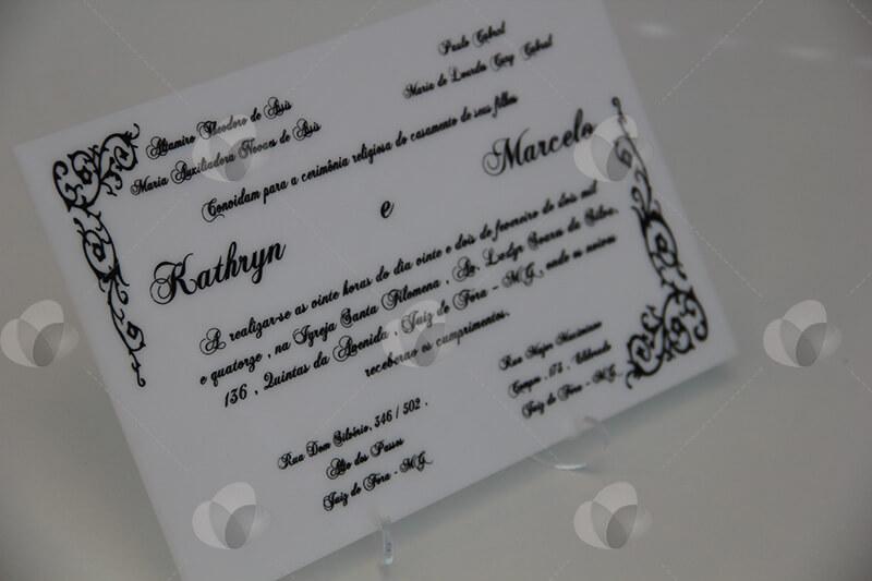 Produção gráfica no acrílico: convite de casamento em acrílico feito com serigrafia