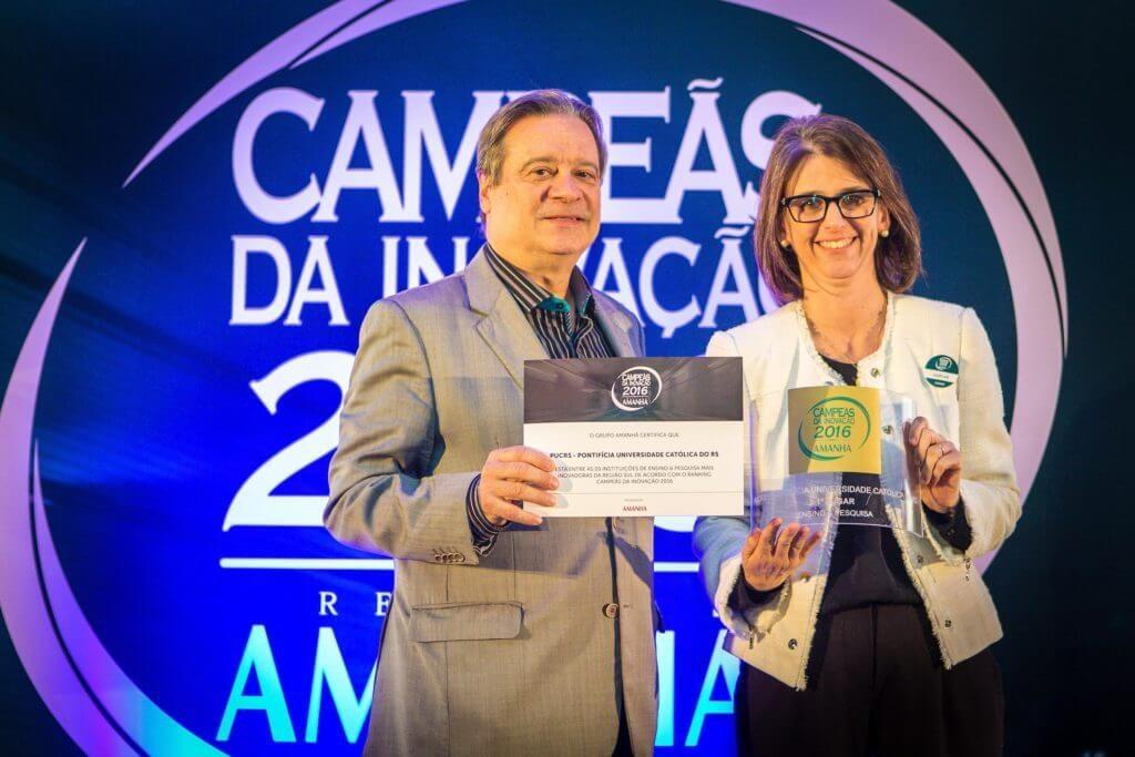 Homenageados da premiação Revista Amanhã recebem troféus em acrílico