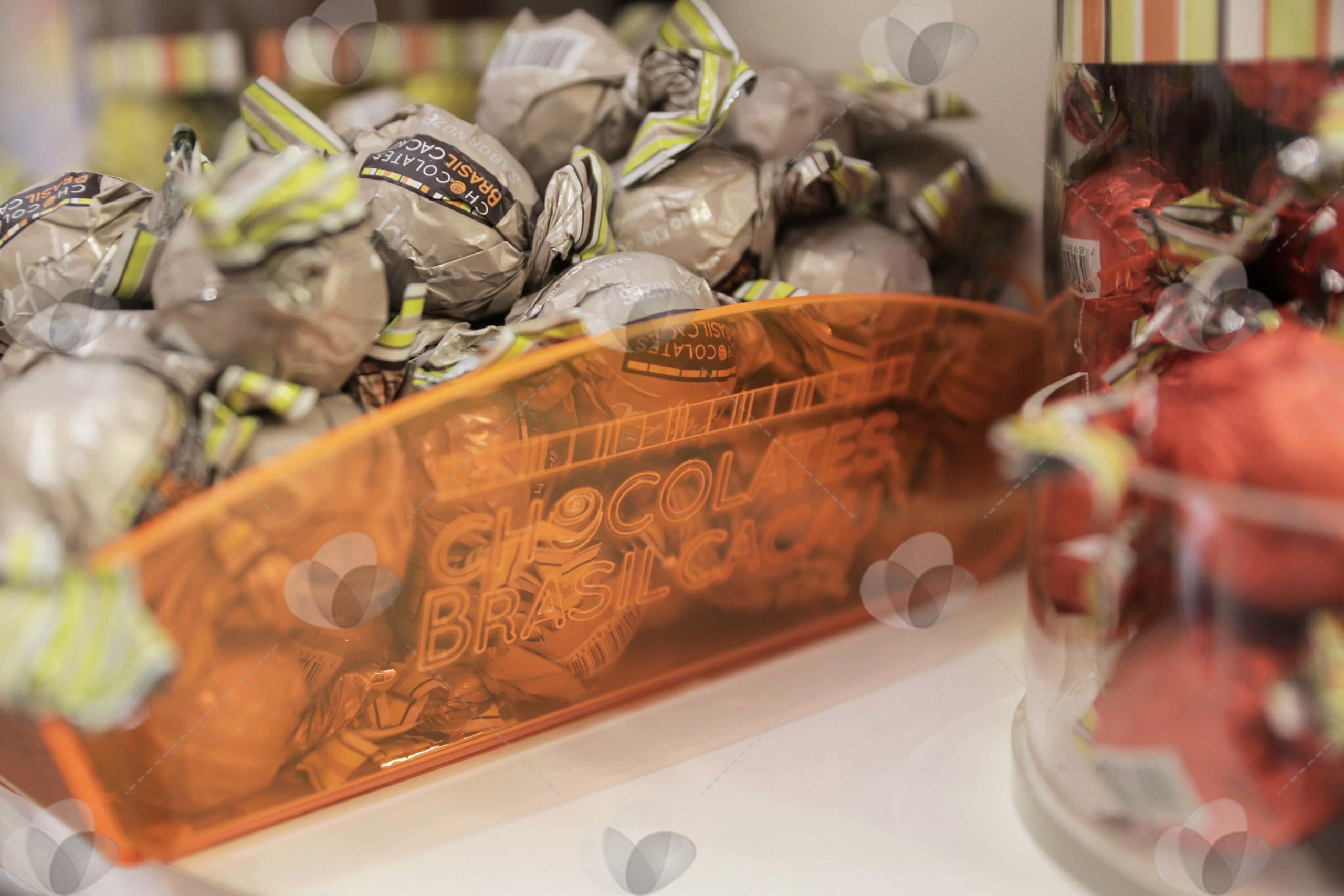 Cesta em acrílico laranja translúcido personalizada com gravação a laser