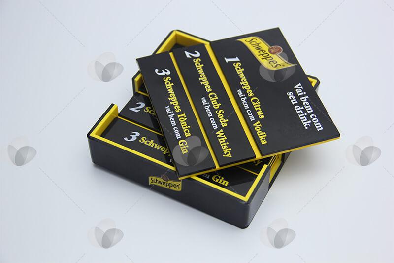 Descansa copos em acrílico amarelo e preto personalizado com sobreposição e serigrafia