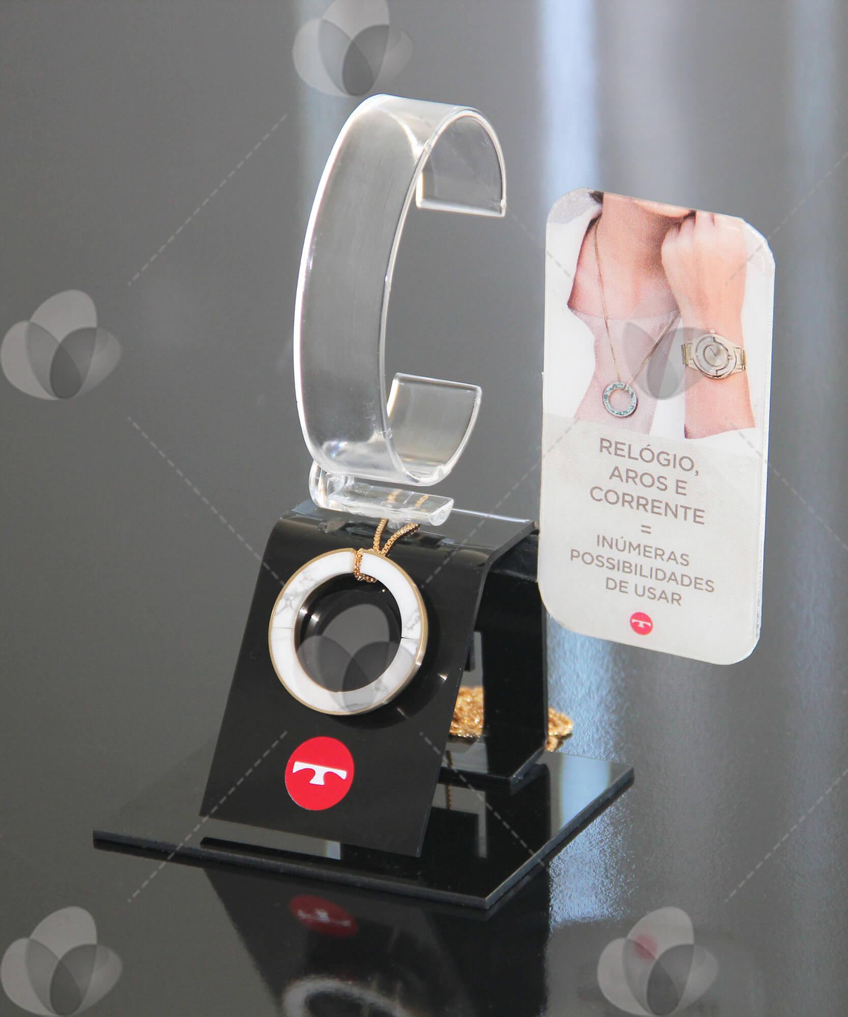 Expositor para relógios feito em acrílico para marca Technos, com espaço para expor jóias e personalizado com relevo.