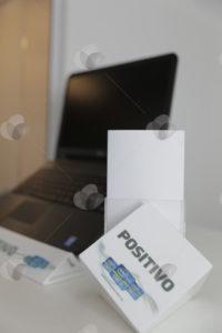 Conjunto de expositores em acrílico para PDV feito na cor branca e personalizado com impressão UV