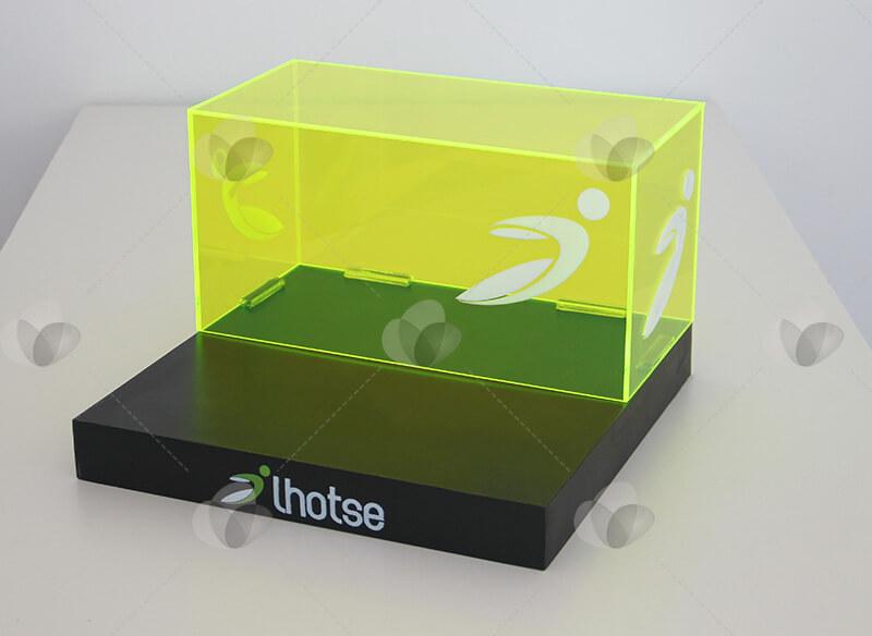 Expositor caixa em acrílico verde translucido com base em mdf na cor preta e personalizado com letras e recortes de acrílico
