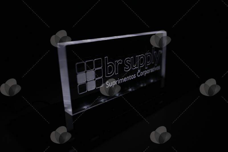 Expositor luminoso em acrílico personalizado com gravação a laser