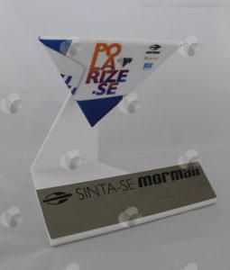 Expositor em acrílico personalizado com adesivo polarizado para campanha de óculos escuros