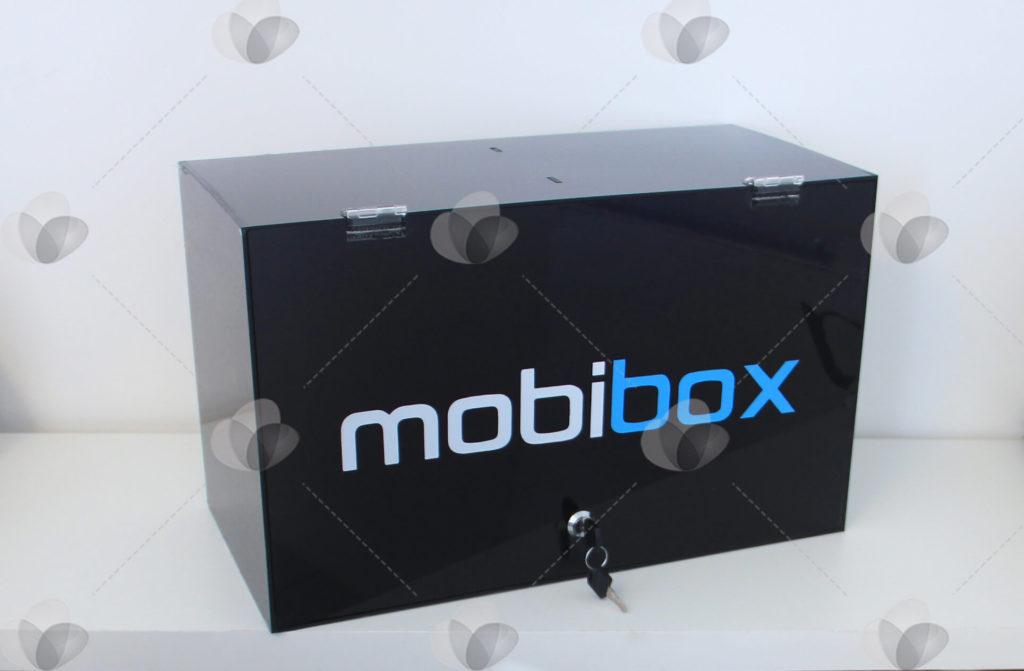Caixa expositora de acessórios de celular em acrílico feito em material preto e personalizada com a marca do cliente