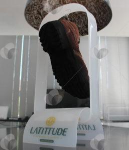 Expositor de sapatos em acrílico, feito para PDV. Acrílico leitoso personalizado com impressão UV.