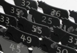 Marcadores de mesa em acrílico preto, recortados no formato de gado e numerados para identificação
