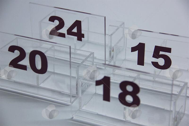 Porta guardanapos e sachês em acrílico com duas divisões para acomodar condimentos e numeração para identificação de mesas