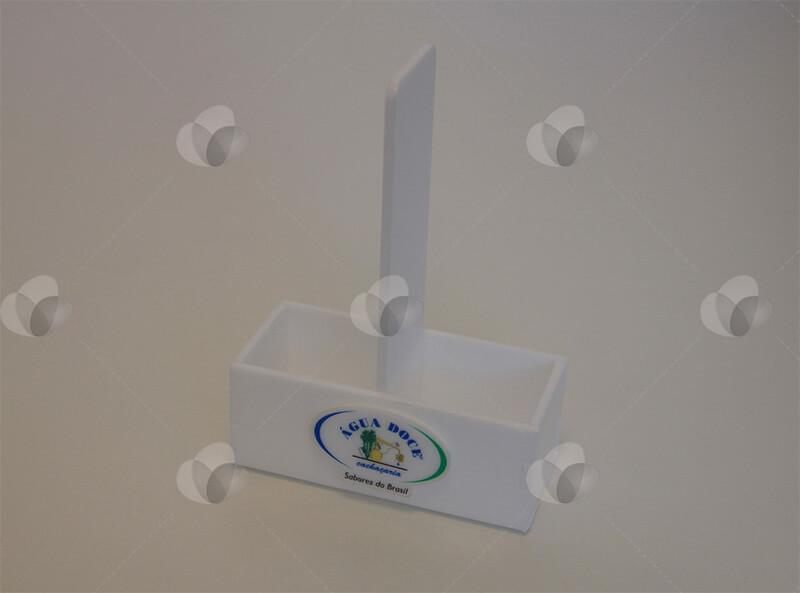 Porta sachês em acrílico leitoso branco com duas divisórias para acomodar os condimentos e personalizado com adesivagem