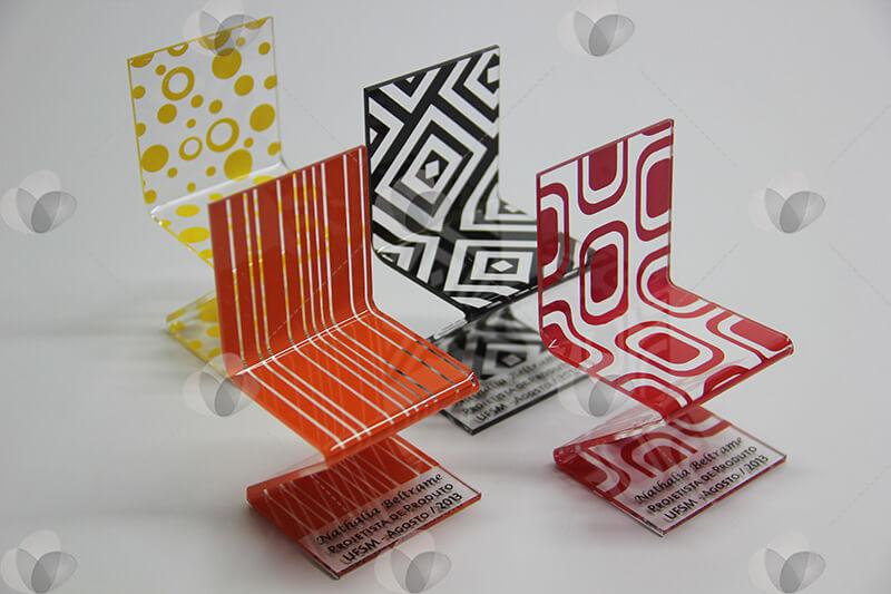 Produção gráfica no acrílico: cadeirinha personalizada com serigrafia