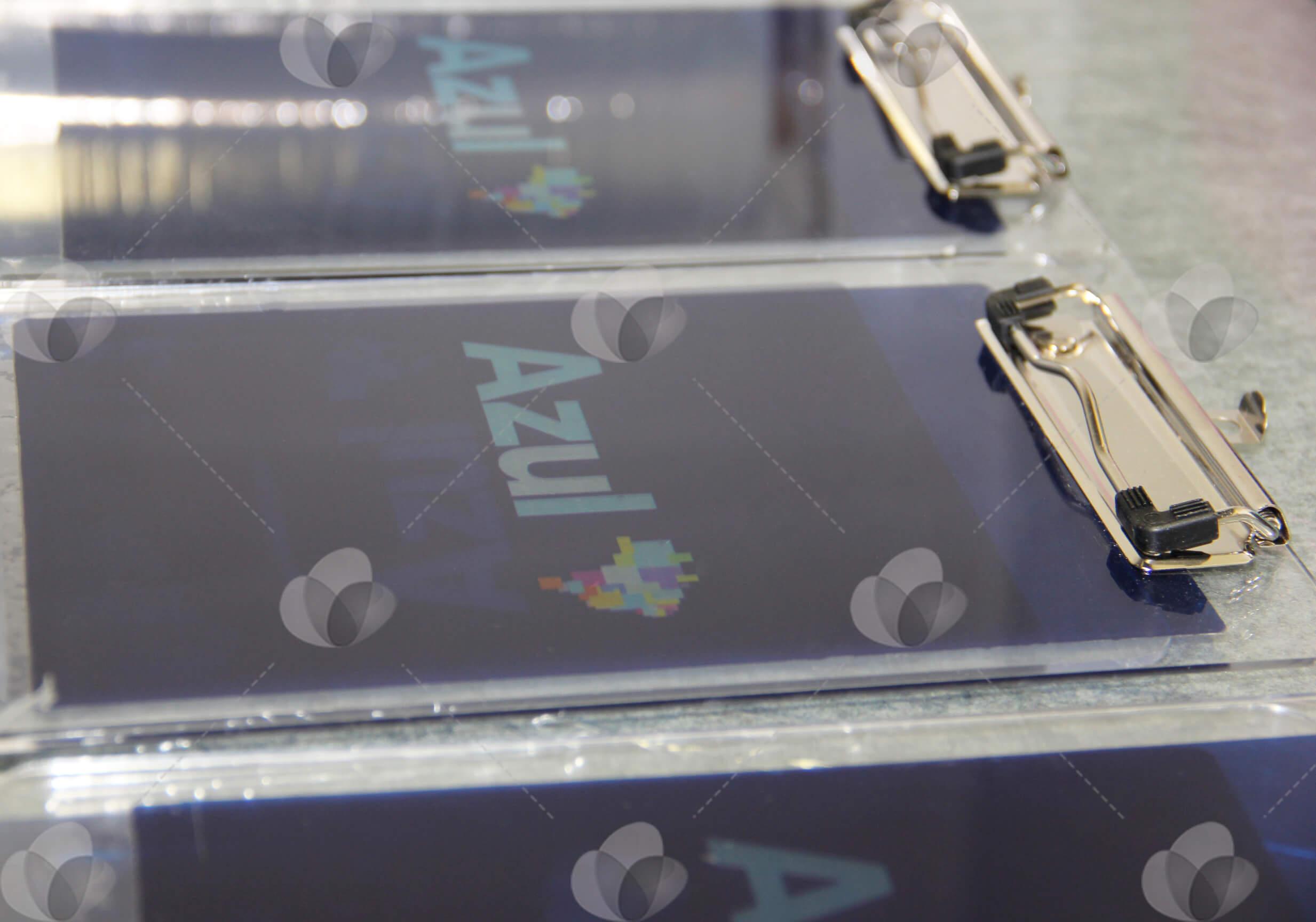 Pranchetas em acrílico personalizadas com adesivagem espelhada na cor azul