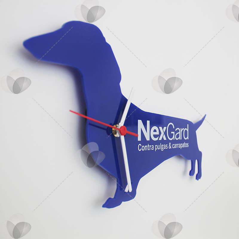Relógio em acrílico feito com corte a laser no formato de cachorro