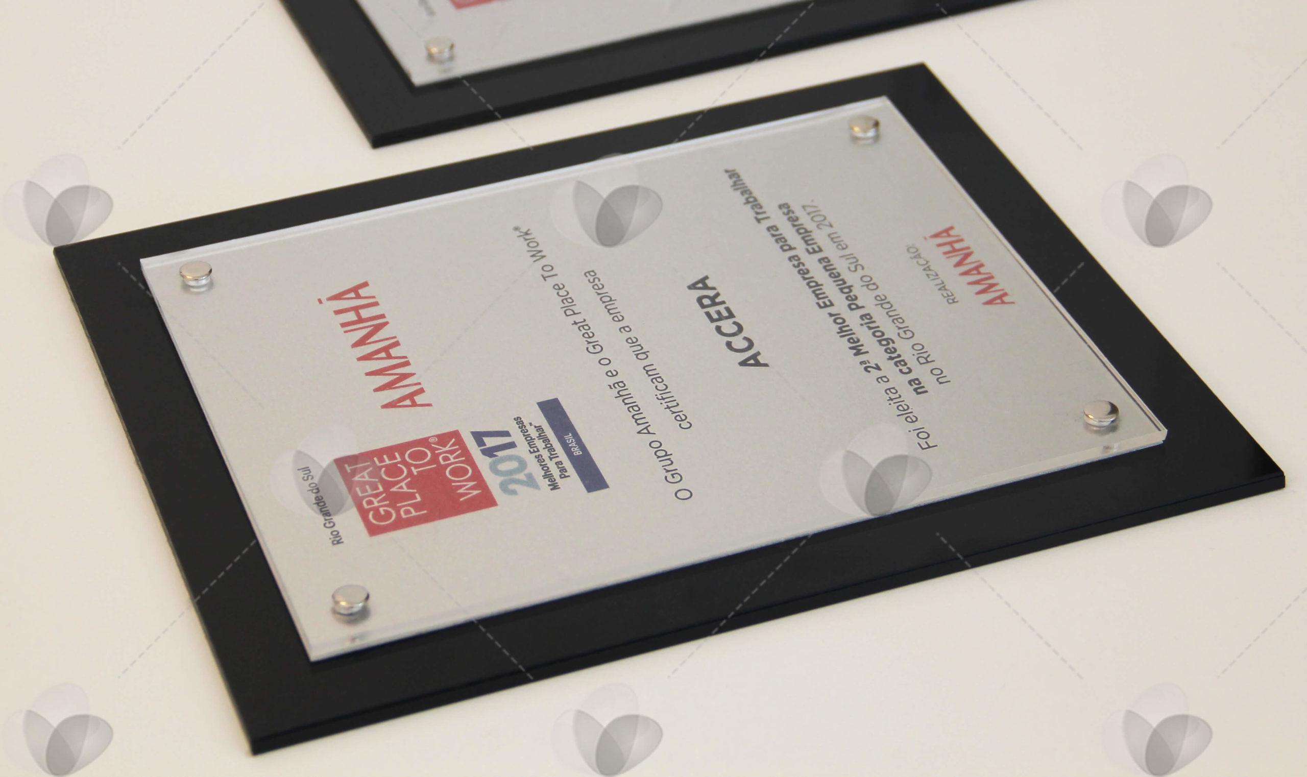 Placa de menção honrosa para premiação de empresas, feita em acrílico com placa sobreposta