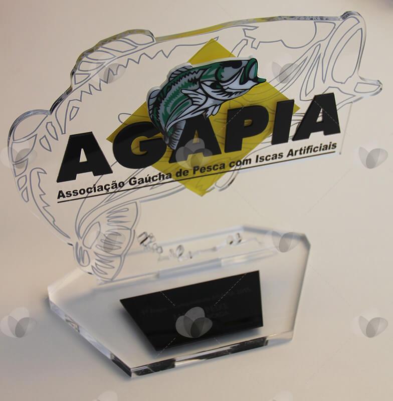 Troféu em acrílico personalizado para campeonato de pesca, com relevo, serigrafia e adesivagem.