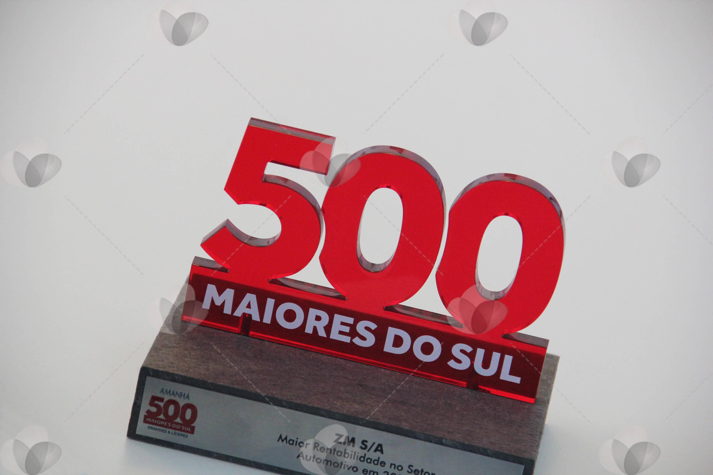 Troféu em acrílico recortado a laser reproduzindo o número 500, em uma base de madeira com placa de alumínio personalizada