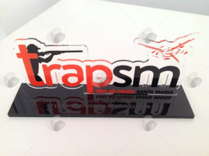 Troféu em acrílico com letras recortadas a laser ilustrando um praticante de tiro ao alvo