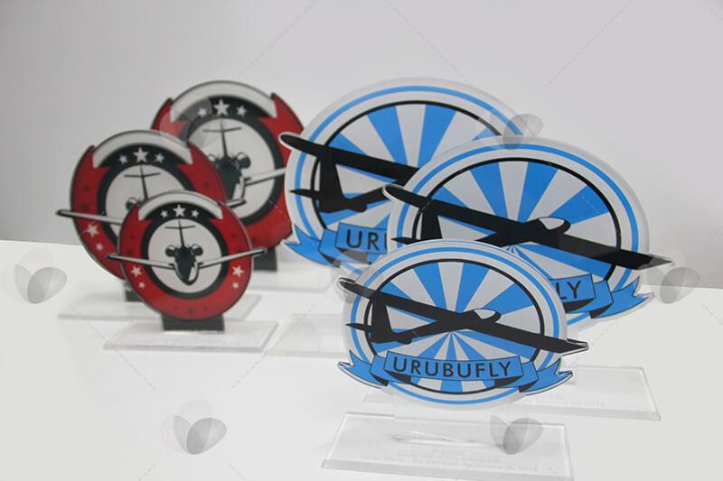 Troféus em acrílico recortados a laser e personalizados com adesivagem, produzidos para premiação de campeonato de aeromodelismo