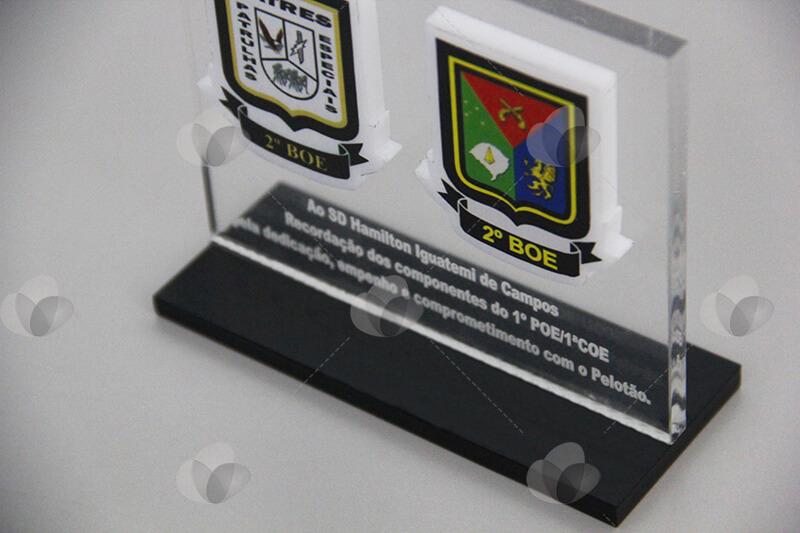 Troféu em acrílico confeccionado com chapa transparente e preta e personalizado com serigrafia e relevo.