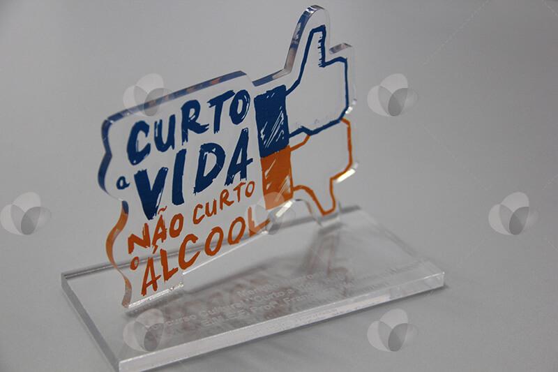 Premiação troféu em acrílico feito com recorte a laser e personalizado com serigrafia nas cores azul e laranja
