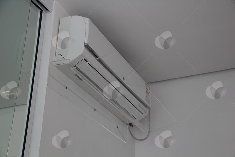 Defletor direcionador de ar em acrílico instalado em escritório