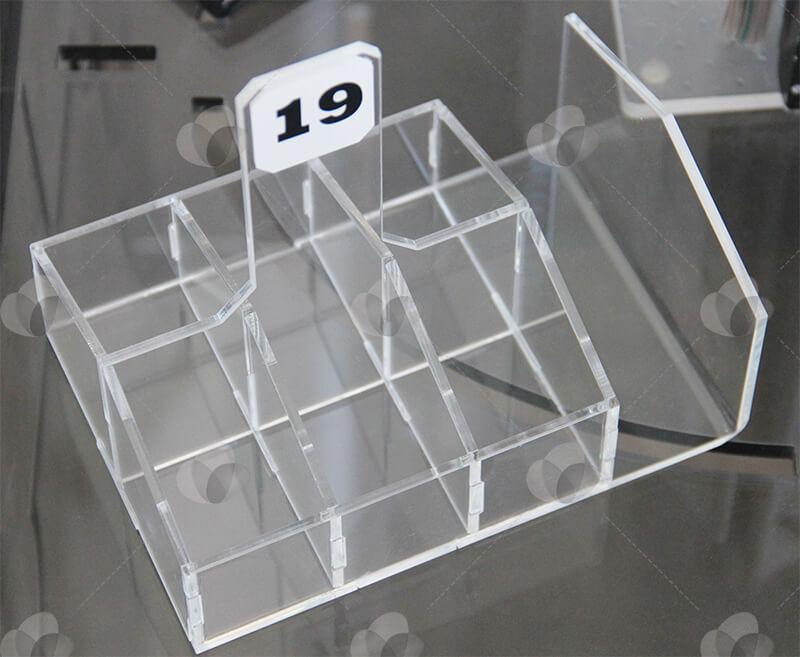 Porta guardanapos e sachês em acrílico com 6 divisórias e espaço para adesivar identificação