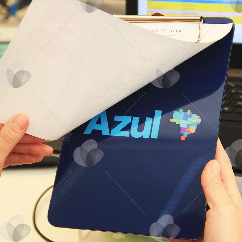 Prancheta em acrílico personalizada com adesivo espelhado com fundo azul