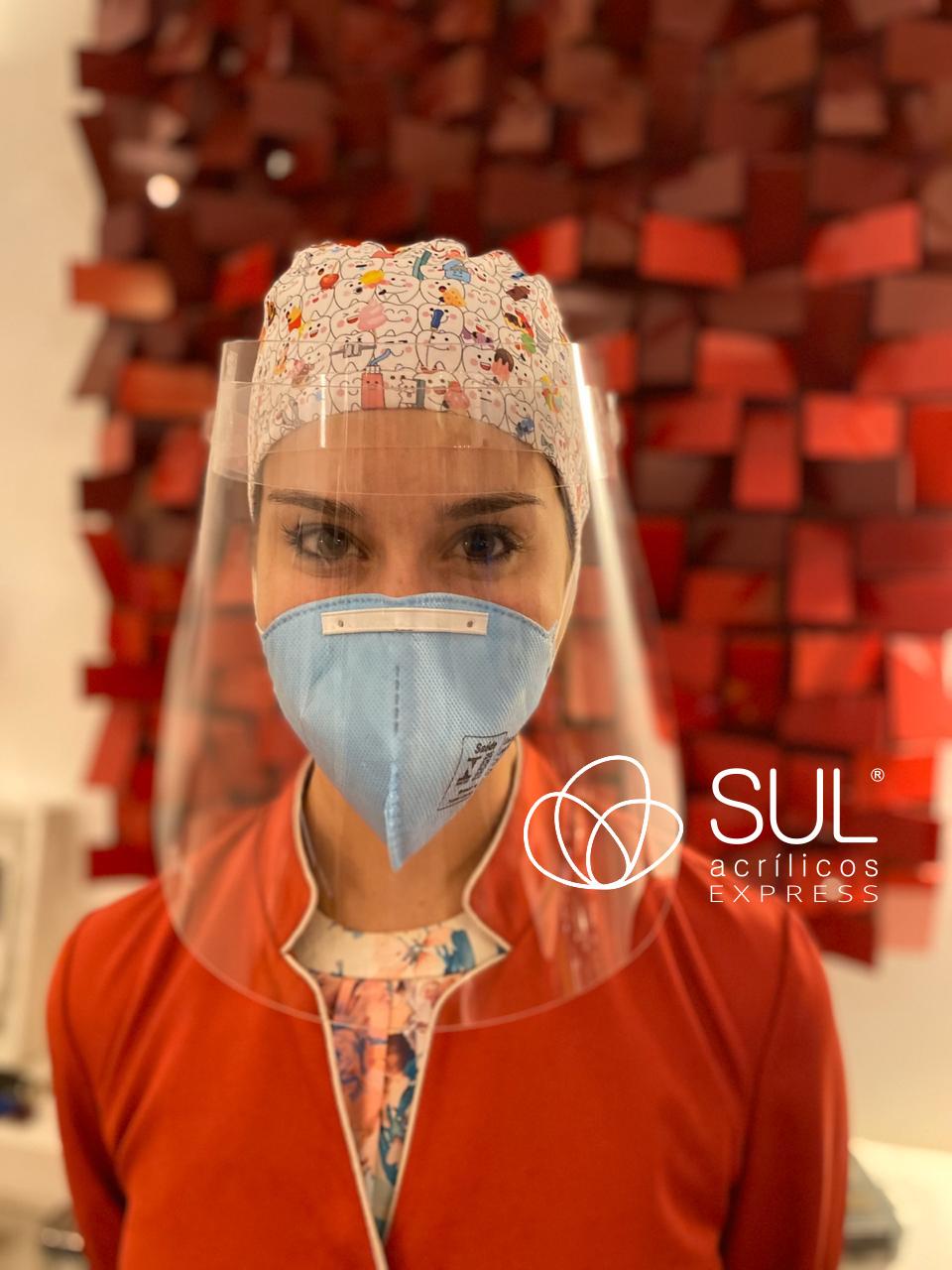 Dentista protegendo o rosto e utilizando face shield