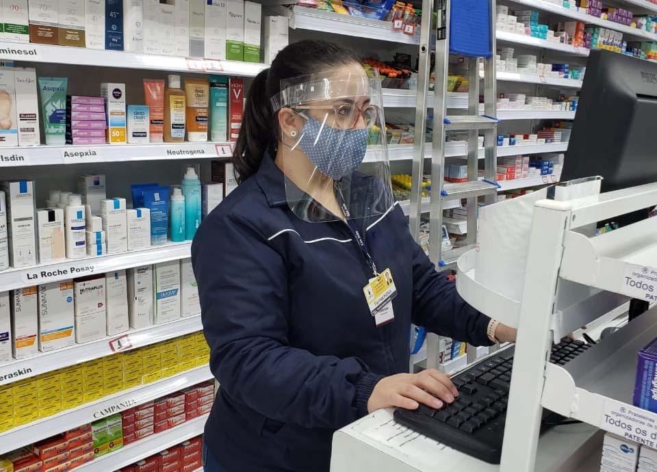 Protetor facial para uso no cotidiano, feito em material transparente e com fitas ajustáveis para uma boa fixação