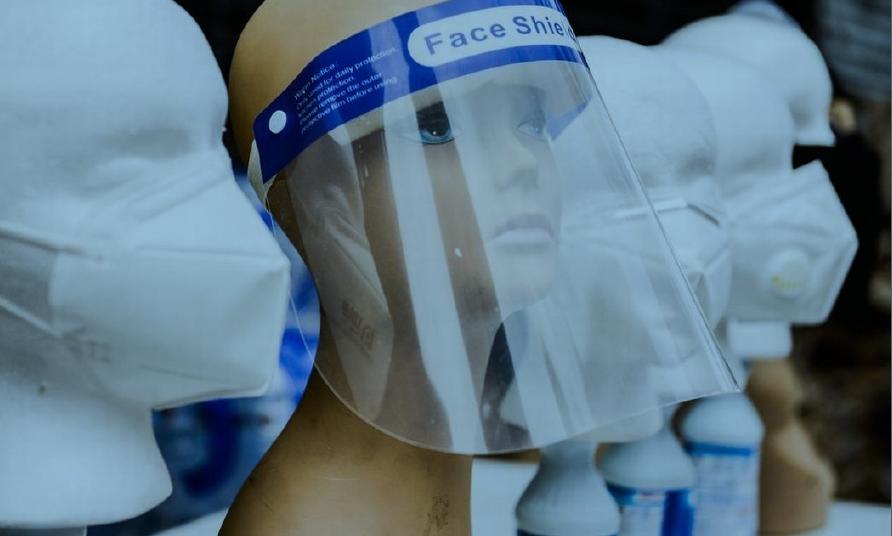 Protetores faciais transparentes que cobrem boca e nariz